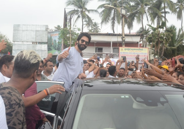 Shahid Kapoor Has Been Spotted At Juhu Beach After Ganesha Immersion