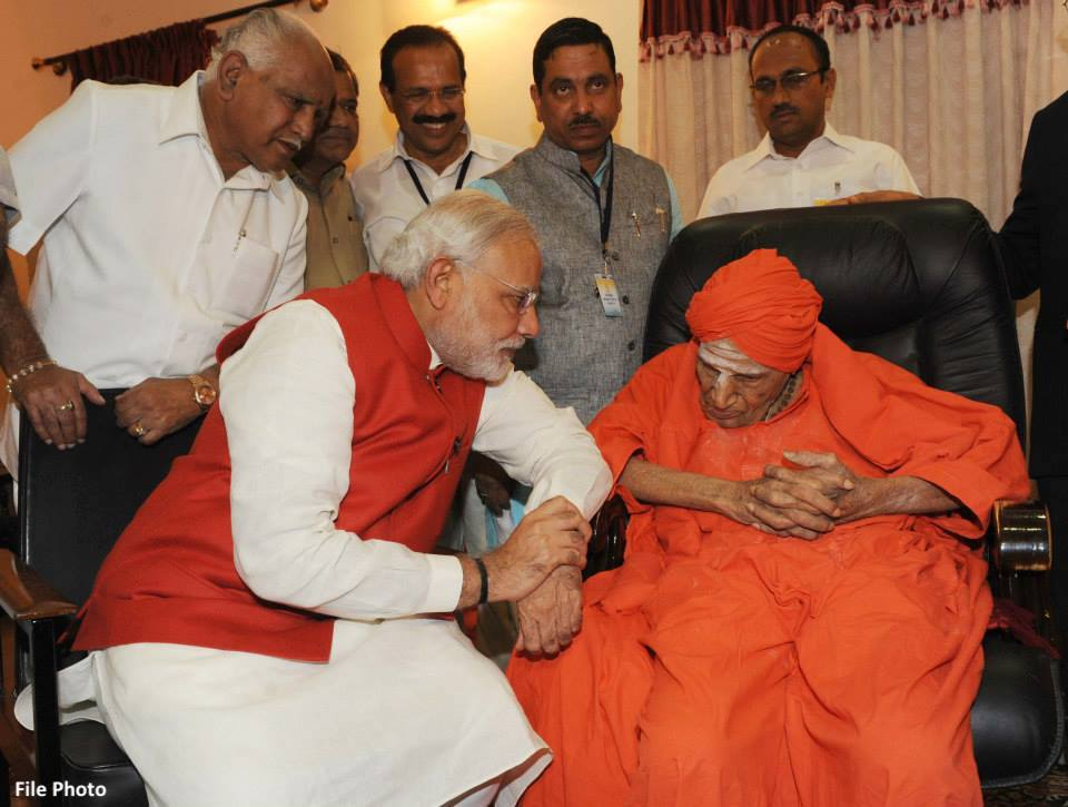 Head of Lingayat community Mahant Shivakumar Swamy of Siddaganga Mutt passes away at an age of 111.