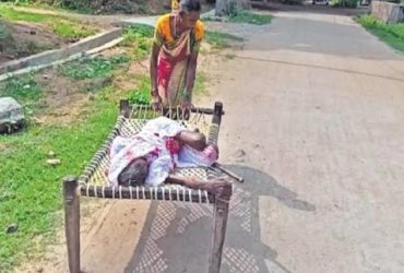 Odisha: A 100-year old mother was dragged by her daughter on a cot in order to withdraw money fro Bank