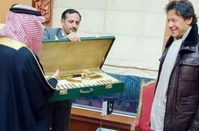 Pakistan gifted a gold plated assault rifle to Saudi Prince