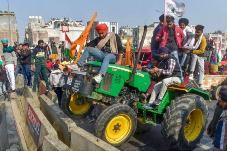 Farmers are moving ahead by chanting 'Jai Jawan and Jai Kishan' and patriotic songs while police officers are trying their best to stop the protests with their power.